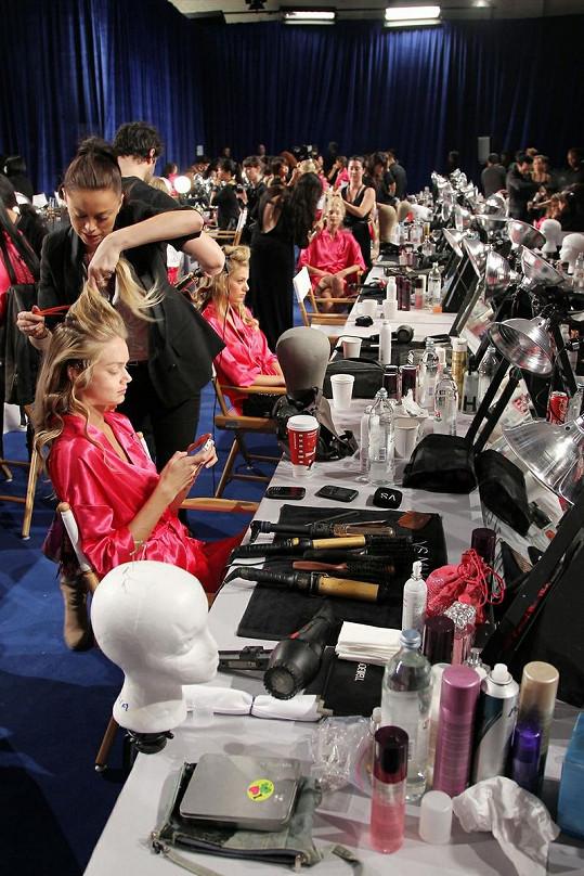 Na pompézní přehlídce Victoria's Secret se podílejí stovky lidí.