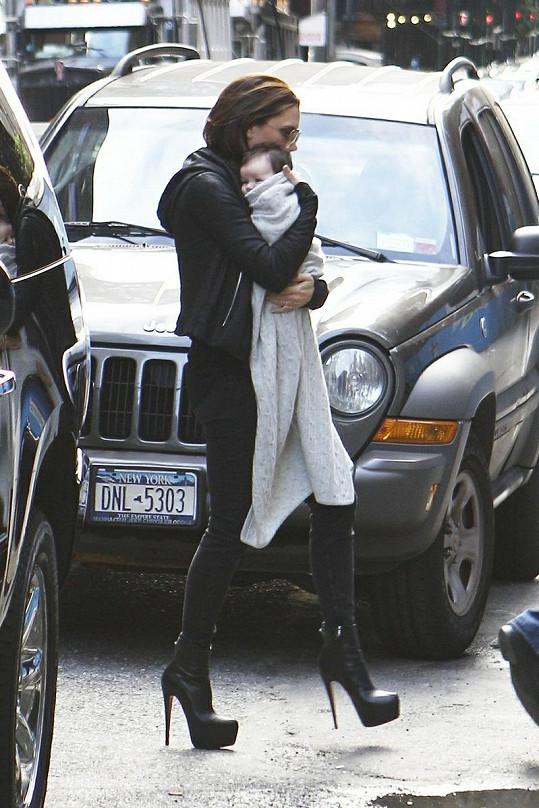 Beckham s dcerkou prochází kolem aut po silnici v New Yorku.
