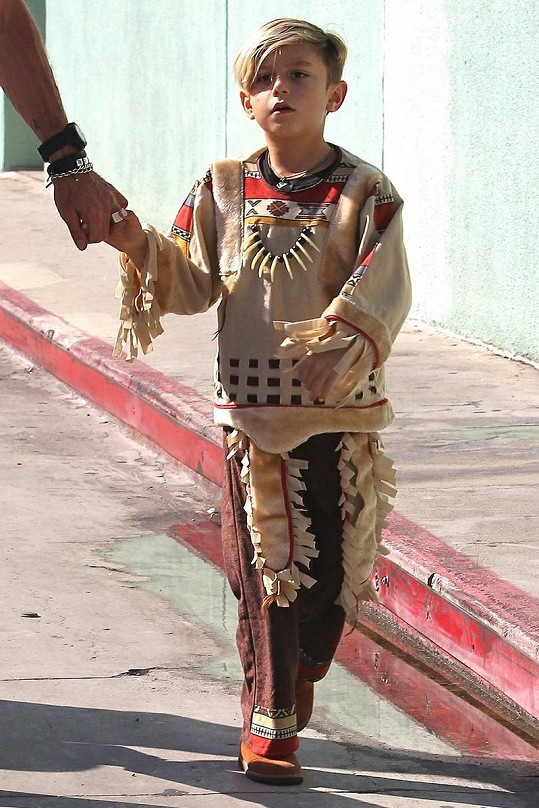 Malý Kingston má rád indiány, proto se za jednoho převlékl na párty.