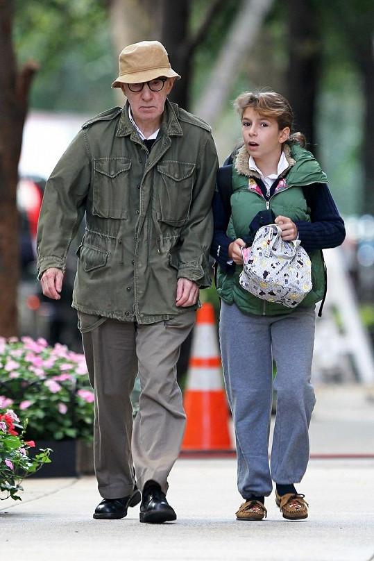 Woody Allen doprovází svou dcerku Manzie Tio do školy.