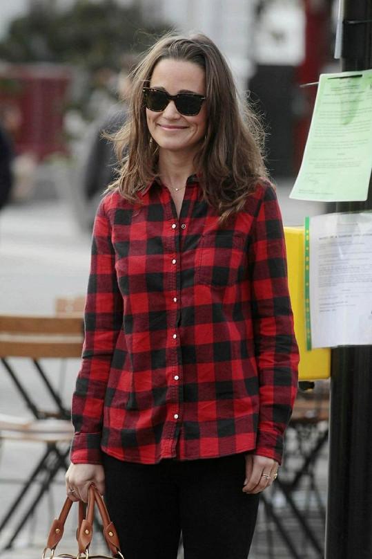 Pippa se v úterý objevila v kostkované flanelové košili.
