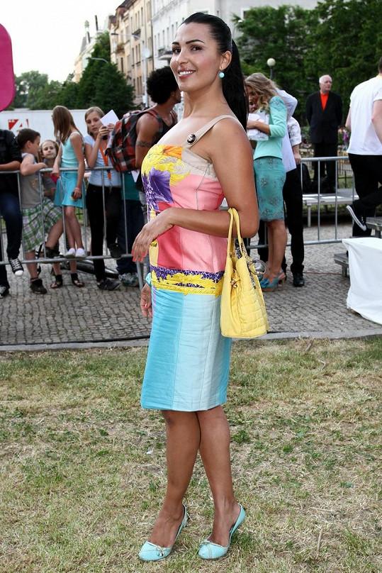 Anife Vyskočilová se vyžívá v pestrých barvičkách.