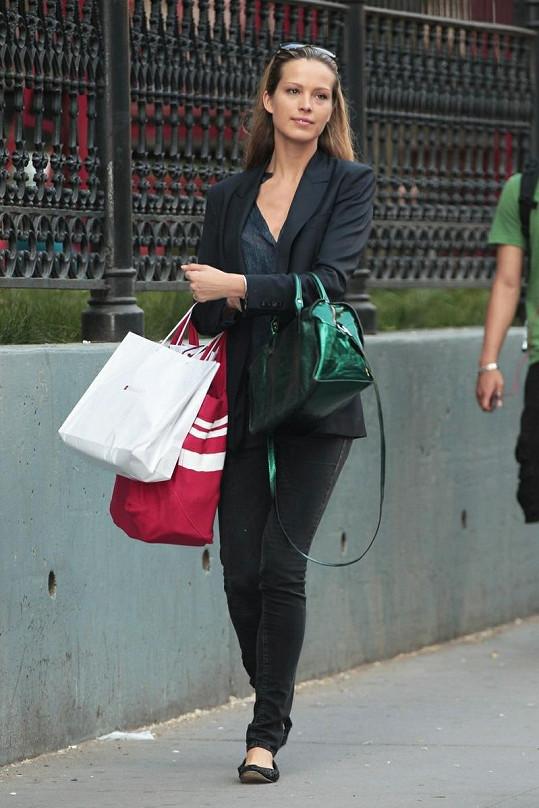 Elegantní Petra Němcová v newyorských ulicích.