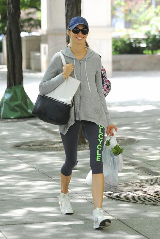 Usměvavá Karolína Kurková v ulicích New Yorku.