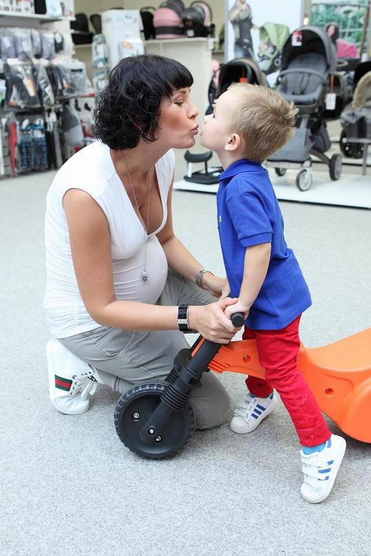 Při nakupování pomáhal prvorozený syn Oliver.