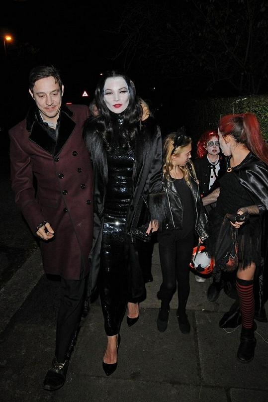 Kate Moss s manželem míří na halloweenský večírek.