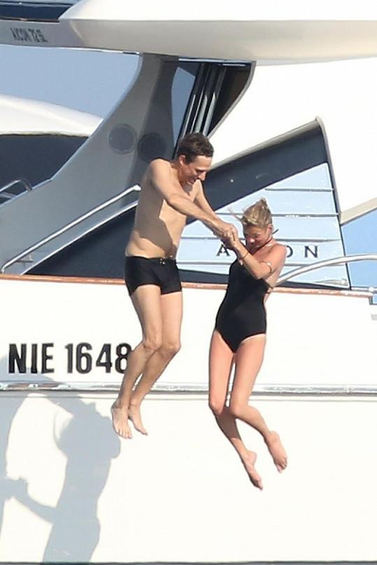 Kate Moss s Jamie Hincem skákají z jachty do moře.