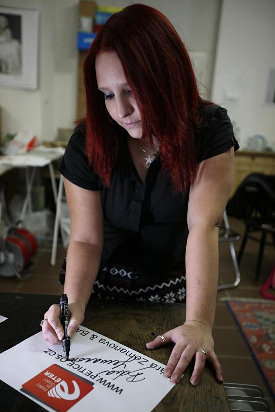 Bára Zemanová ze SuperStar se také neváhala podepsat.
