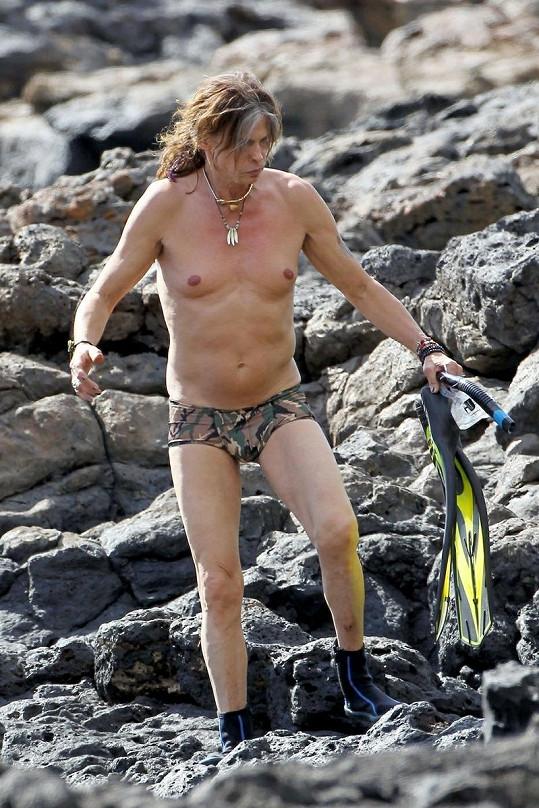 Steven Tyler v miniaturních plavkách na Havaji.