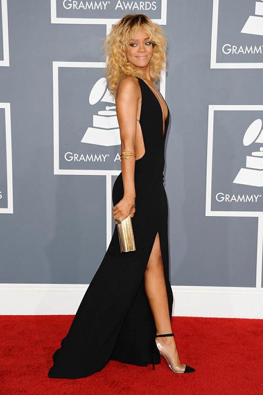 Rihanna v šatech vlastního návrhu pro značku Giorgio Armani. Zlaté šperky doplňuje psaníčko a střevíčky z průhledného PVC Christian Louboutin.