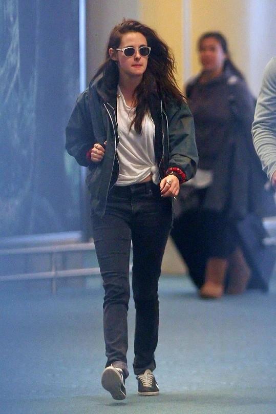 Kristen a volné tričko s pro ni typickým uzlem na straně.