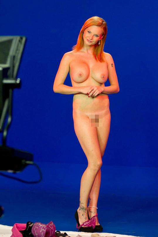 Martina Mrakviová se vůbec nestydí svlékat před kamerou. Jak by také ne, když patří k našim nejznámějším pornoherečkám.