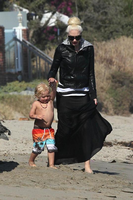 Gwen Stefani v průhledné sukni vede syna Zumu na pláž v Malibu.