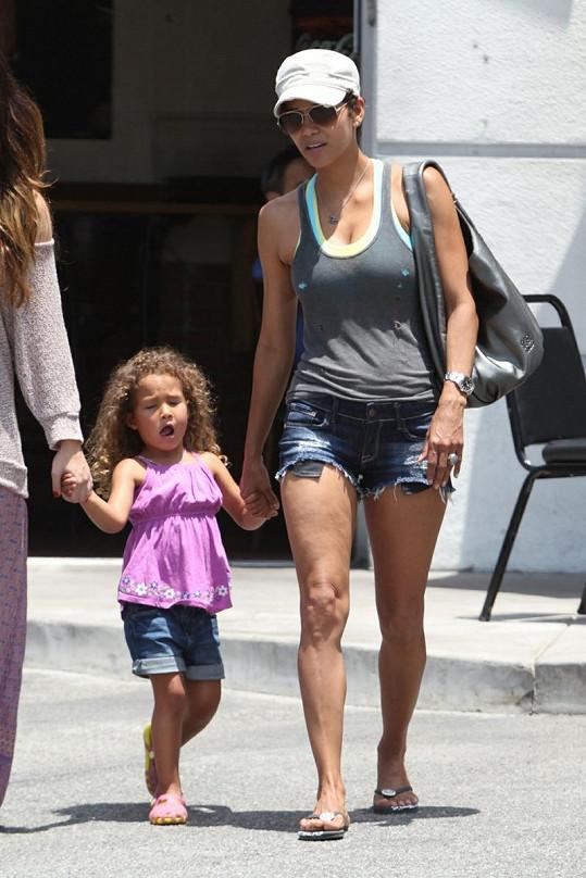 Halle Berry šla s dcerkou Nahlou na oběd.