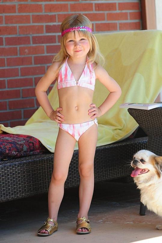 Skoro čtyřletá dcera herečky Stella má podle postoje modelingové ambice.