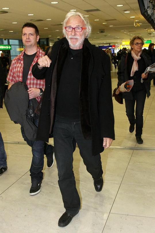 Pierre Richard při příletu na ruzyňském letišti.