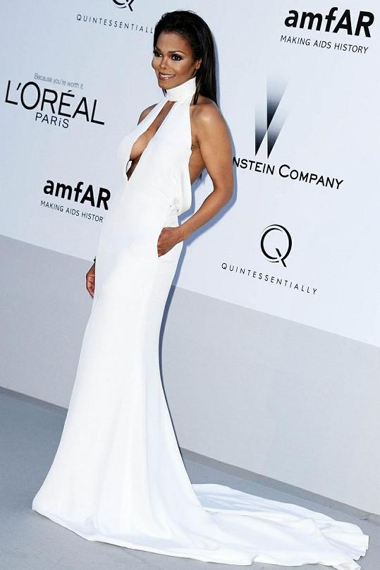 Janet na akci v Cannes zvolila slušivou róbu.