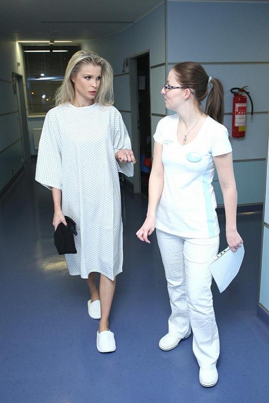 """""""A nebude to bolet?"""" jako by se Vítová ptala sestřičky."""