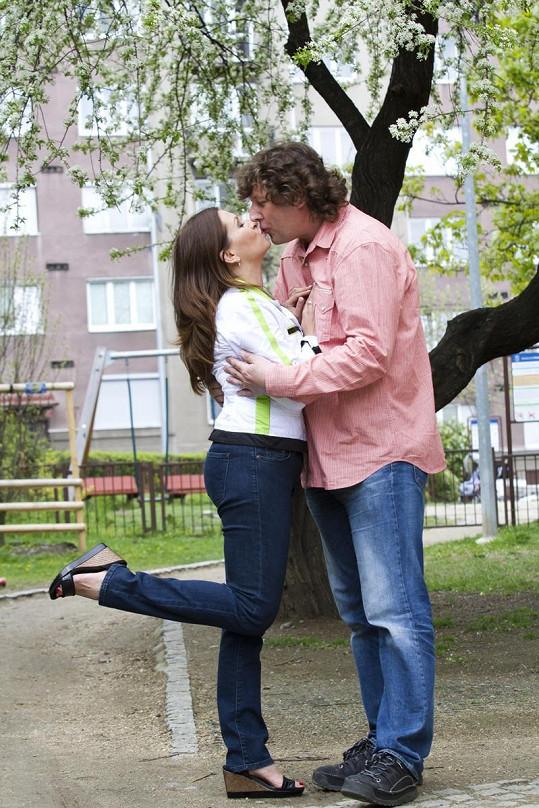 To je hubánek! Dana Morávková neuschne. Právě byla políbená pod třešní.