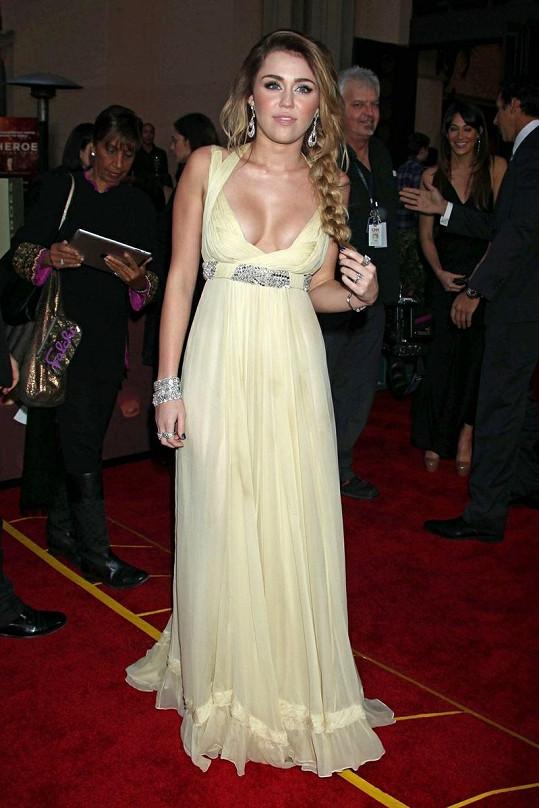 Miley Cyrus v překrásných šatech s hlubokým výstřihem.