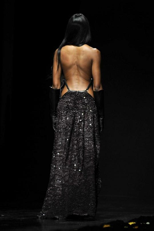 Rafinované šaty z dílny návrháře Roberta Cavalliho modelce neskutečně slušely.