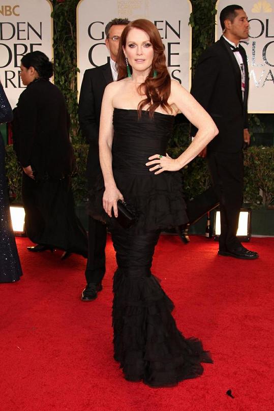 Julianne Moore byla nevěrná své oblíbené francouzské značce Lanvin a nechala se pro tento večer obléct do šatů z nadcházející jarní kolekce Chanel. Róba bez ramínek tvořená vodorovnými volány příjemně kontrastovala s hereččinou bledou pokožkou.