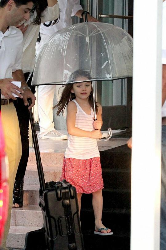 Suri se stylovým průhledným deštníkem.