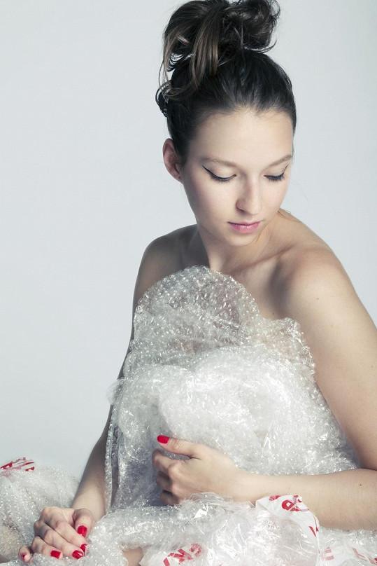 Berenika Kohoutová se obléká do bublinkové fólie.
