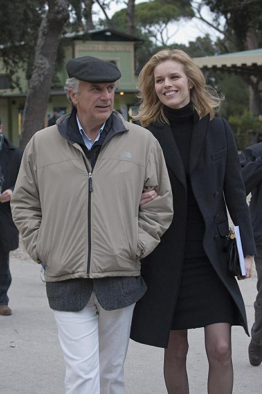 Eva se usmívá na režiséra Marka Risiho.