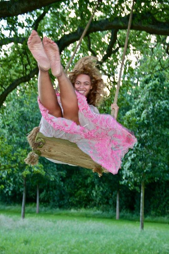 Jako malá. Beyoncé na houpačce.