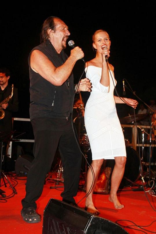 Karolína Kurková zpívá s Andreou Mingardim
