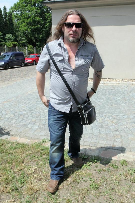 Petr Kolář by si měl pořídit aspoň o číslo větší košili, která by mu neobepínala břicho, na něž ještě upozornil řemenem od pánské kabelky.