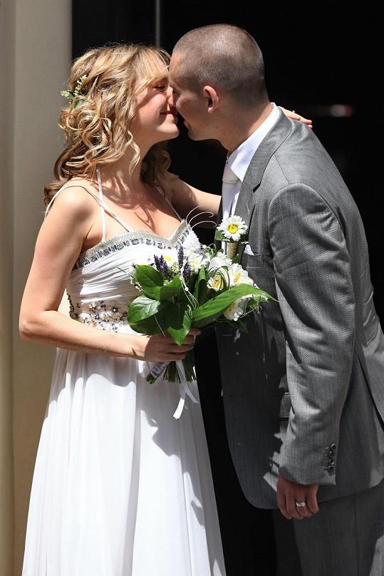 Lucie Vondráčková při prvním novomanželském polibku s Tomášem Plekancem. Psal se rok 2011.