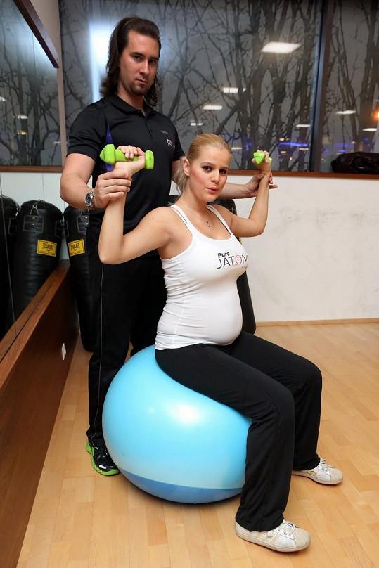 Ornella začala cvičit s trenérem kvůli bolestem zad.