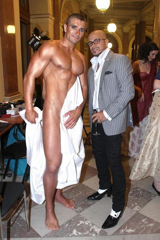 Osmany Laffita a Martin v zákulisí módní přehlídky.