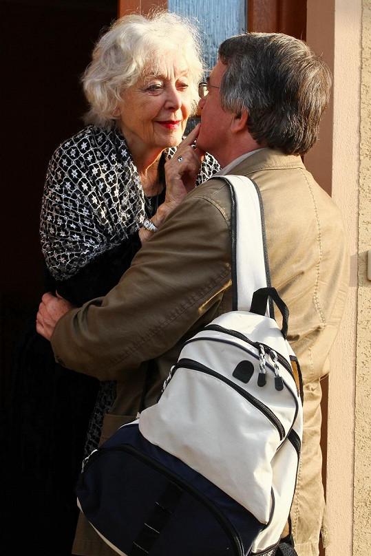 Vlastimil Harapes a Květa Fialová před tím, než si herečka pustila pusu na špacír.