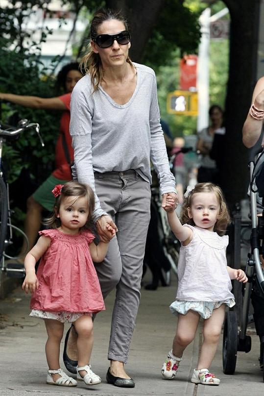 Sarah se svými dvojčátky, Tabithou a Marion (vpravo).