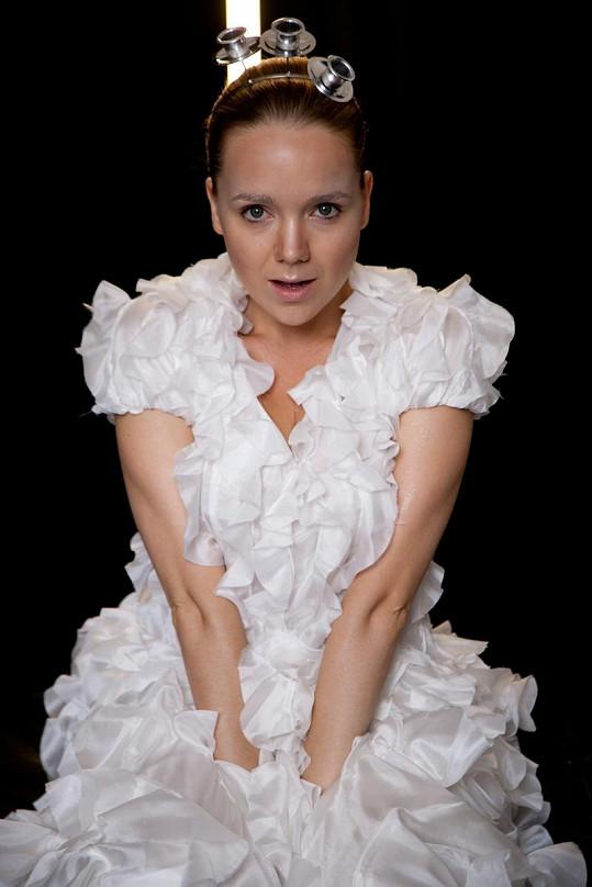 Lucie Vondráčková v jednom z posledních módních editoriálů před odletem do Kanady.