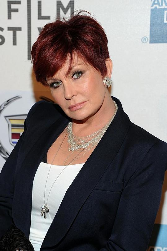Sharon se zbavila prsních implantátů.