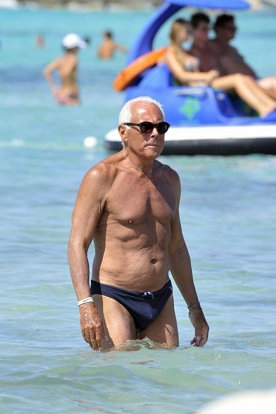 Giogrio Armani vypadá v sedmasedmdesáti skvěle.