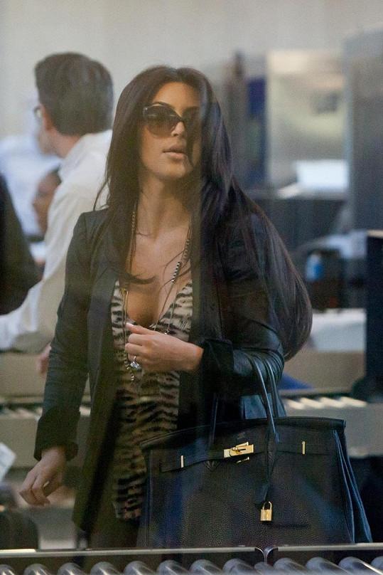 Kim Kardashian na letišti v Los Angeles.