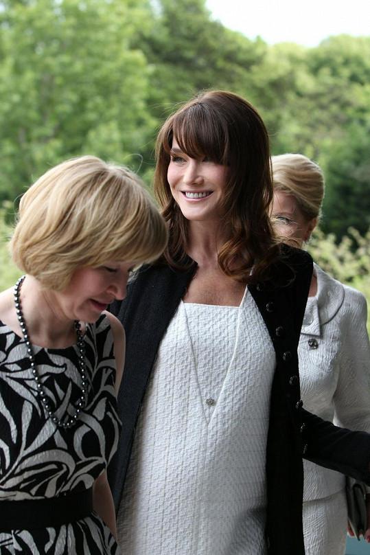 Carla ukazuje bříško manželce kanadského premiéra Laureen Harper.