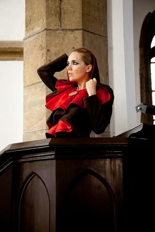 Lucie Vondráčková fotila v hodně extravagantních šatech.