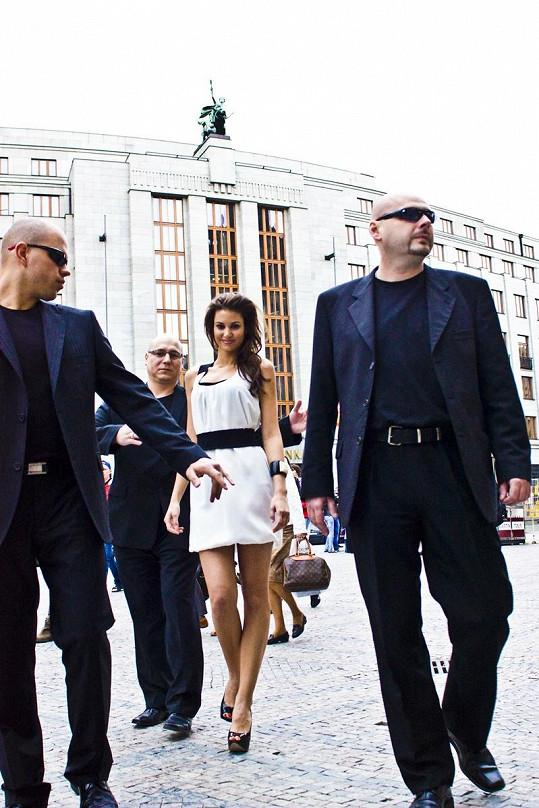 Krásu modelky hlídali na cestě na focení bodyguardi.