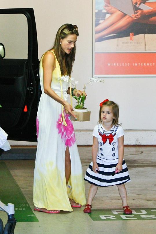 Modelka s dcerou Anjou.