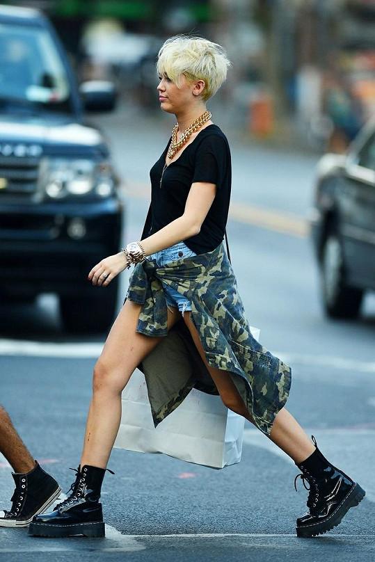 Kam zmizela roztomilá dlouhovláska Miley Cyrus?