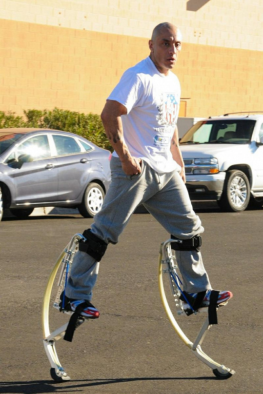 Jesus Villa působí v cirkusovém uskupení Cirque du Soleil.