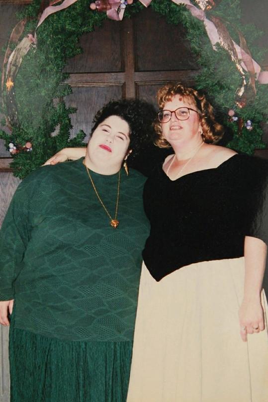 Donna (vlevo) ve věku 23 let.