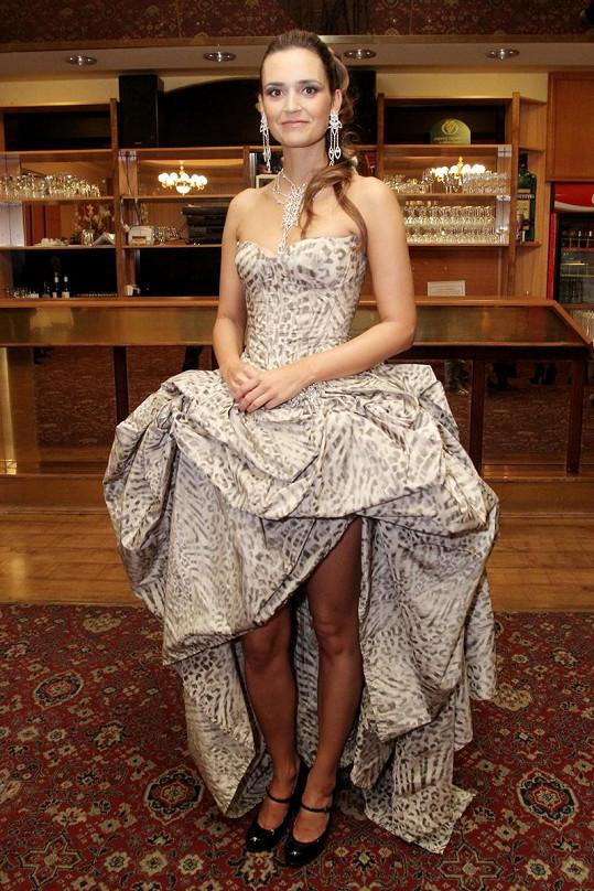 Daniela Písařovicová měla problém s šaty i na tiskové konferenci.