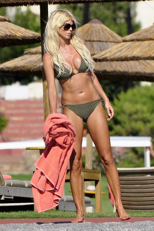 Modelka má tělo i tvář poupravené plastikami, ale na 36 let vypadá skvěle.